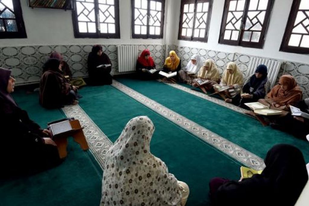 BIMBINGAN BAGI WANITA: Pembimbing agama wanita, yang dikenali sebagai mourshidates, dilantik oleh Kementerian Ehwal Agama Algeri demi menyebar mesej baik Islam dan toleransi. - Foto AFP
