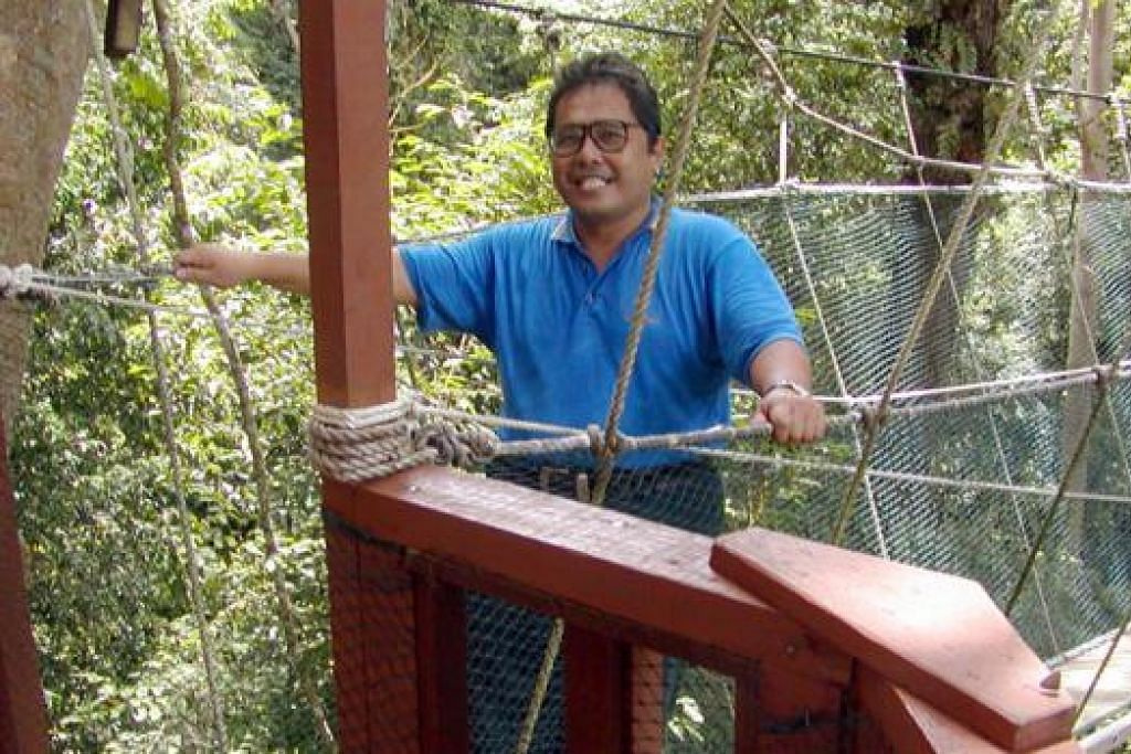 PUAS: Wartawan Zainal Jamari berjaya melintasi titian yang tergantung pada ketinggian 50 meter di Pulau Gaya, Sabah. - Foto ZAINAL JAMARI