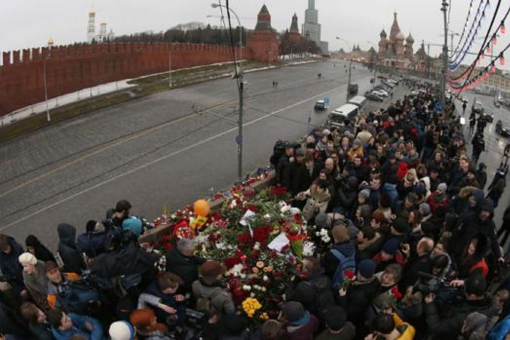 SATU TRAGEDI: Orang ramai berarak ke tapak di mana pemimpin pembangkang Russia, Encik Boris Nemtsov, ditembak mati di tengah Moscow. - Foto REUTERS