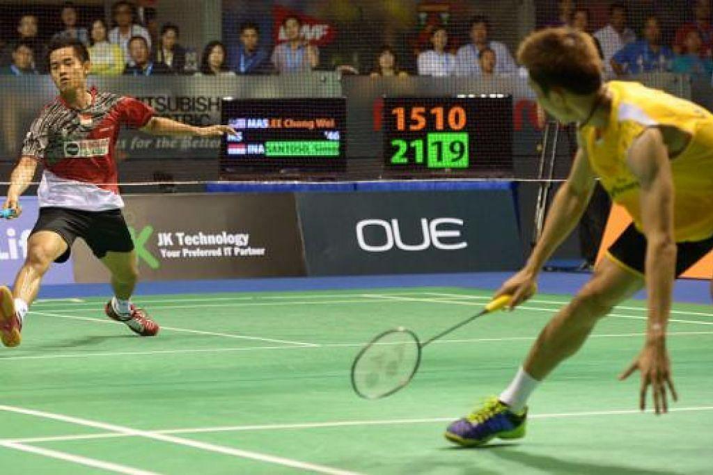TUMBANGKAN JAGUH DUNIA: Simon Santoso (kiri) mempamerkan kelincahan untuk mengalahkan pemain utama Malaysia, Lee Chong Wei, dan muncul juara acara perseorangan Terbuka OUE Singapura tahun lalu. - Foto fail