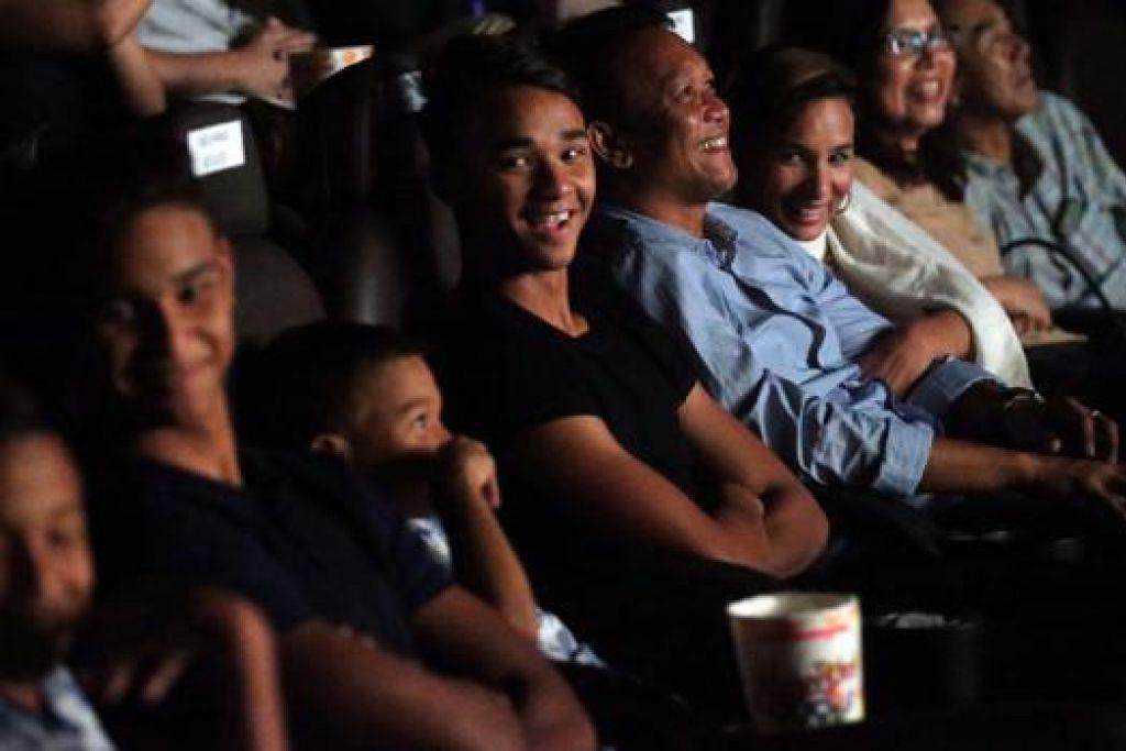 KENANGAN MANIS: Fandi Ahmad (empat dari kanan) bersama isteri (dua dari kanan) serta anak mereka menikmati tayangan filem singkat berjudul 'Ordinary' yang menyingkap perjalanan hidupnya menjadi pemain bola sepak nasional. - Foto THE STRAITS TIMES