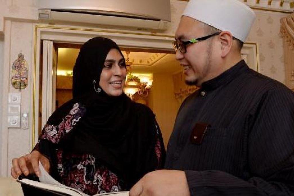 PUNYA TANGGUNGJAWAB: Ustazah Hamidunnisah Mohd Hussein bersama suami, Ustaz Ismail Ahmat El-Ajyali, menganggap tokokan CPF bagi isteri memberi jaminan masa depan mereka. – Foto TUKIMAN WARJI