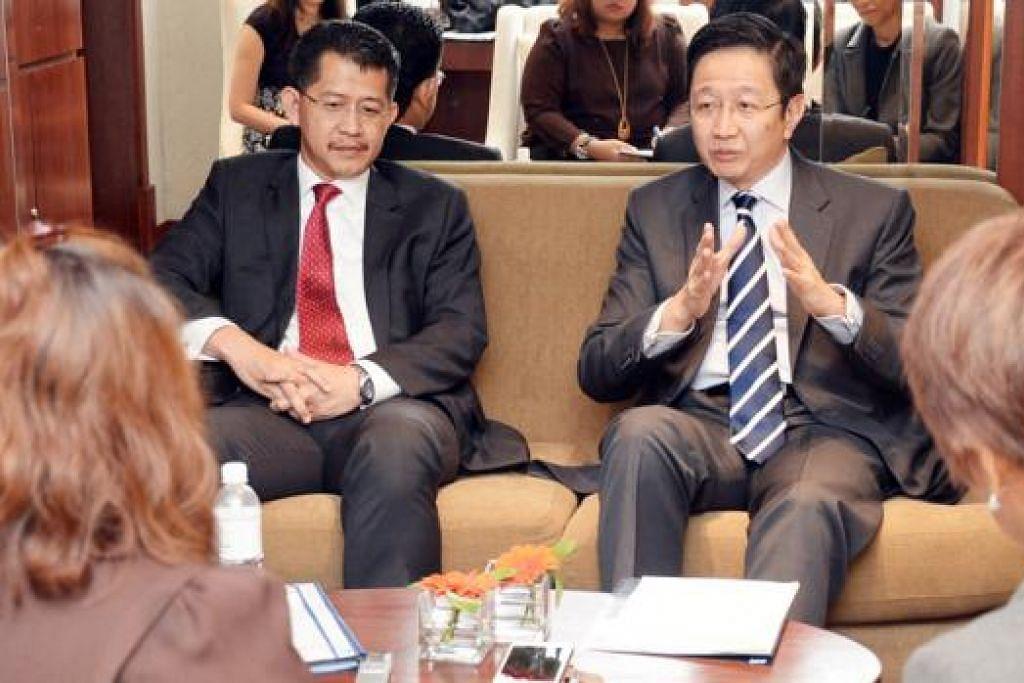 TARIK PELABUR: Dato' Teng (kanan) berkata Selangor akan lebih aktif memasarkan negeri itu sebagai destinasi pelaburan dan perniagaan untuk peniaga Singapura. Turut mengiringinya ialah Ketua Pegawai Eksekutif Invest Selangor Berhad, Encik Hasan Azahari Haji Idris. - Foto JOHARI RAHMAT