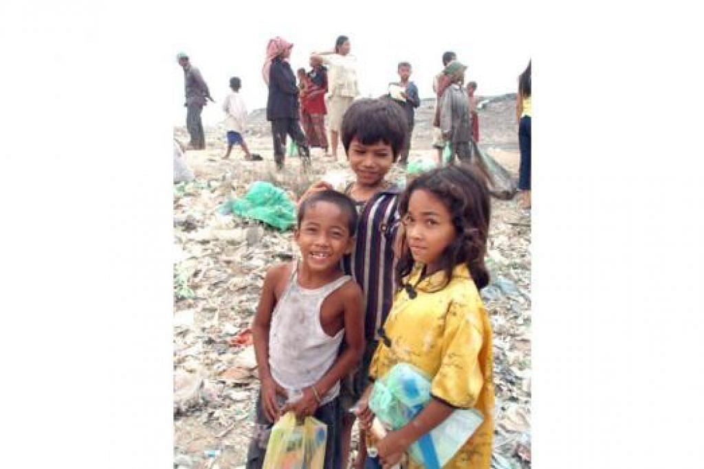 MEMBERI HABUAN: Kanak-kanak ini antara 'penduduk' kota sampah di Stung Meanchey, Kemboja, yang pernah Cik Rosmalah berikan habuan. Beliau telah melawat tempat itu sebanyak tiga kali sejak 2008. - Foto ihsan ROSMALAH HASSAN