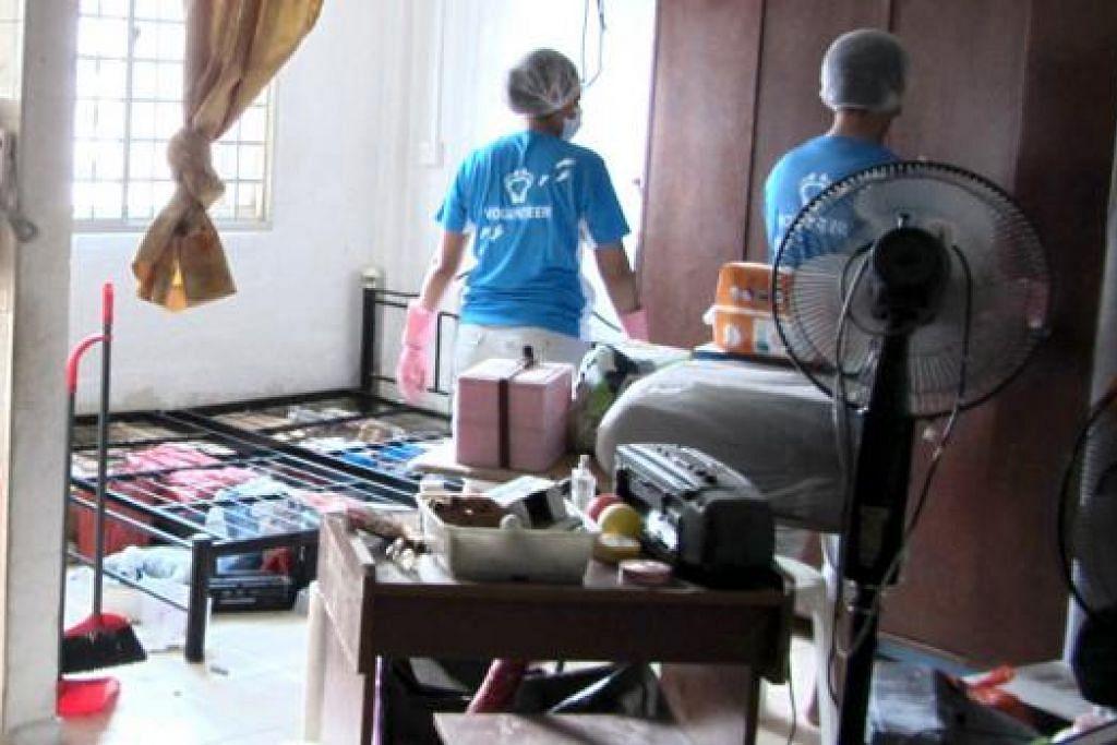 TOLONG KEMASKAN: Pasangan mak cik dan anak saudara ini telah terlibat dalam satu projek membersihkan rumah menerusi Project Homeworks di bawah naungan badan bukan pemerintah, Habitat for Humanity. - Foto ihsan ROSMALAH HASSAN
