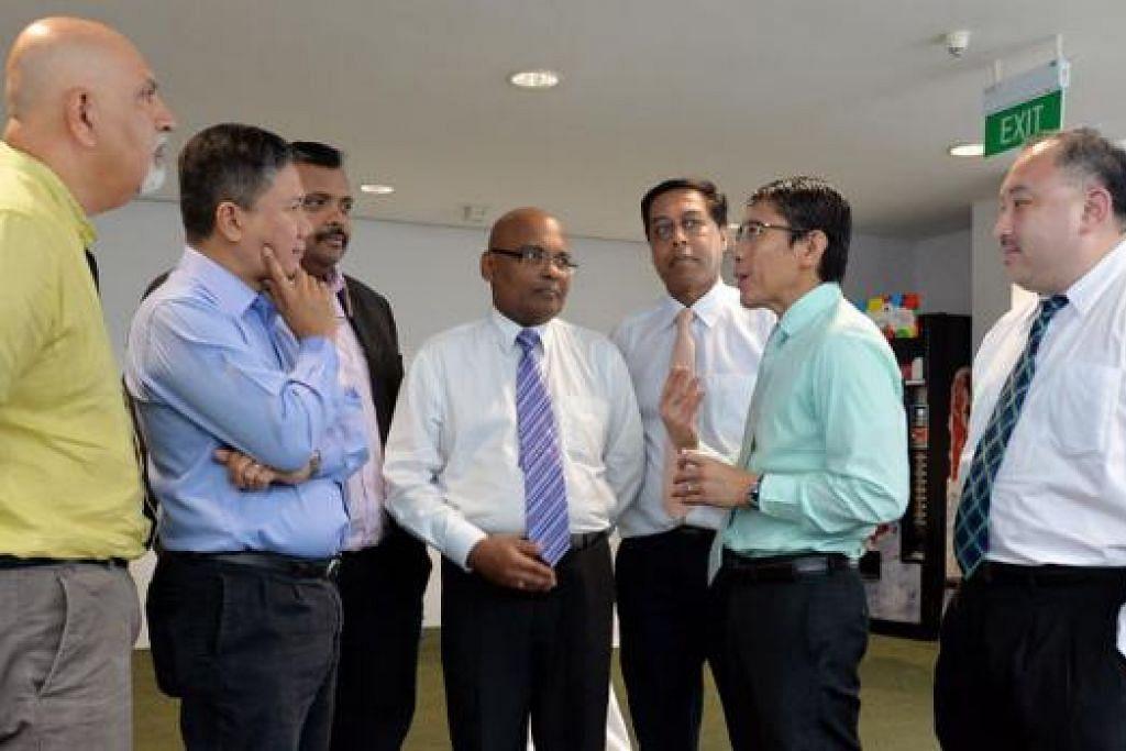 BINCANG ANCAMAN ISIS: (Dari kiri) Encik Ganesh Kalyanam (Pengarah di Politeknik Republik), Encik Azmoon, Dr Rohan, Encik Halim Abdul Kader (Taman Bacaan), Dr Maliki dan Encik Anselm Chu (Institut Pengurusan Singapura). - Foto M.O. SALLEH