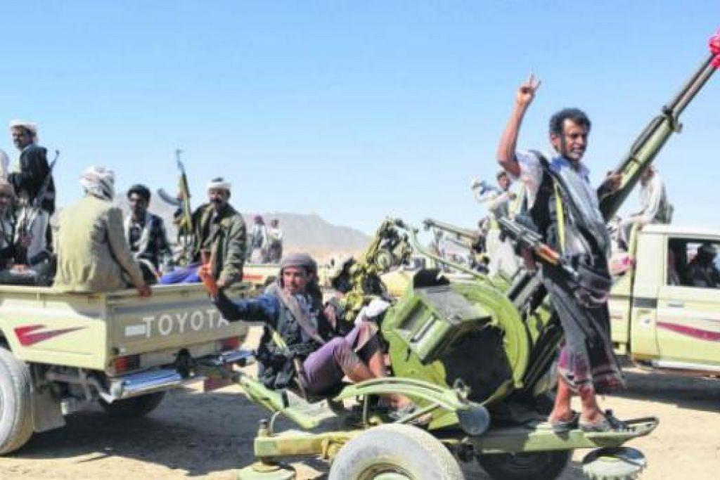 PERGOLAKAN BERDARAH: Anggota puak Awlaki, yang merupakan puak terbesar di wilayah selatan Shabwa, berhimpun selepas membentuk pasukan tentera bagi melindungi wilayah itu daripada pencerobohan kumpulan militia. Puak Awlaki menentang tindakan pemberontak Houthi menawan ibu kota Sanaa. - Foto AFP