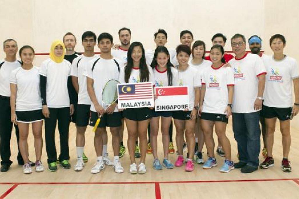 GAMBAR BUAT KENANGAN: Para pemain kededua pasukan di final Piala Asia Tenggara Marigold yang berakhir hujung minggu lalu, Singapura dan Malaysia, bergambar bersama di akhir kejohanan itu.