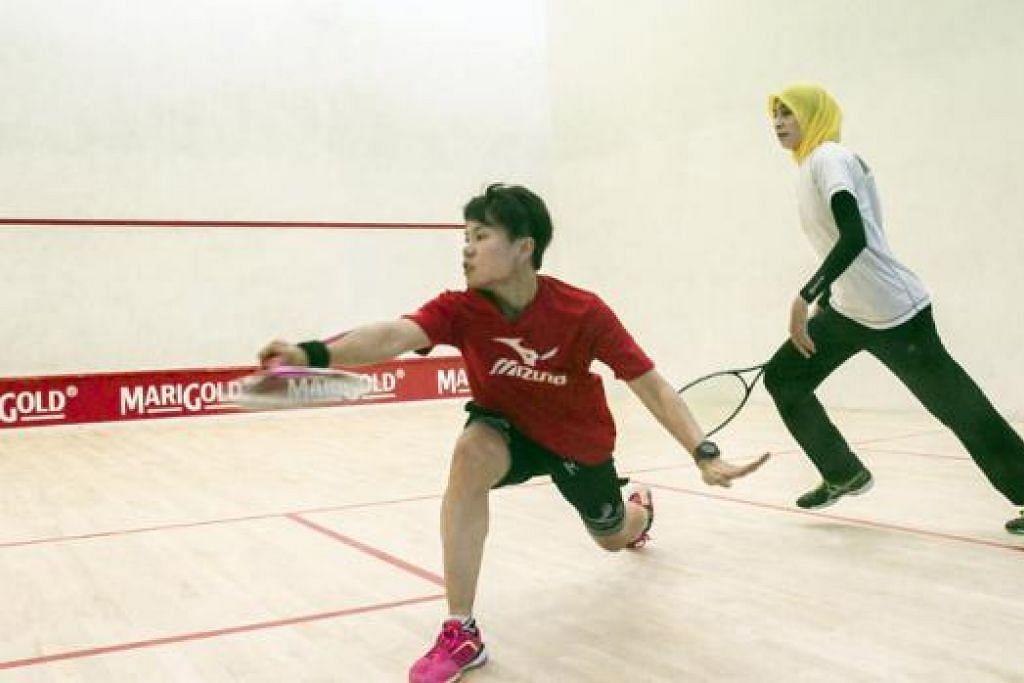 BERI SAINGAN HEBAT: Satu-satunya pemain Melayu dalam skuad nasional, Nur Adawiyah (kiri), memberikan saingan sengit sebelum menewaskan kepada lawannya dari Malaysia, Zulhijjah Azan. - Foto-foto SSRA