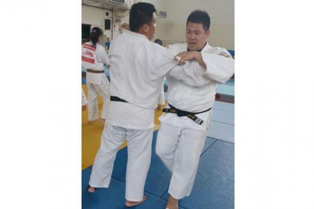 TUNJUK PRESTASI CEMERLANG: Judoka yang berpangkalan di Jepun, Wee Pui Seng (kanan), akan mengambil tempat juara Sukan SEA 2013 di temasya kali ini yang akan berlangsung di tanah air pada 5-16 Jun ini. - Foto PERSEKUTUAN JUDO SINGAPURA