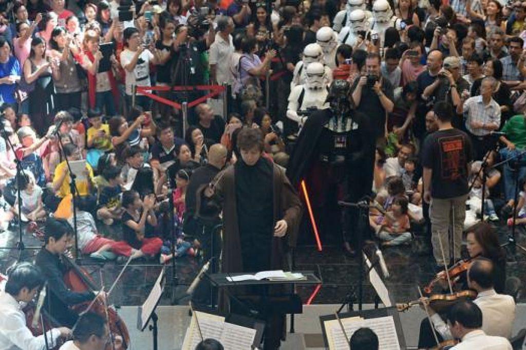 SPH GIFT OF MUSIC: Orang ramai boleh menikmati pelbagai konsert percuma serata negara tahun ini menerusi siri konsert SPH Gift of Music. Encik Joshua Tan memimpin Orkestra Simfoni Singapura semasa pelancaran SPH Gift of Music tahun lalu.