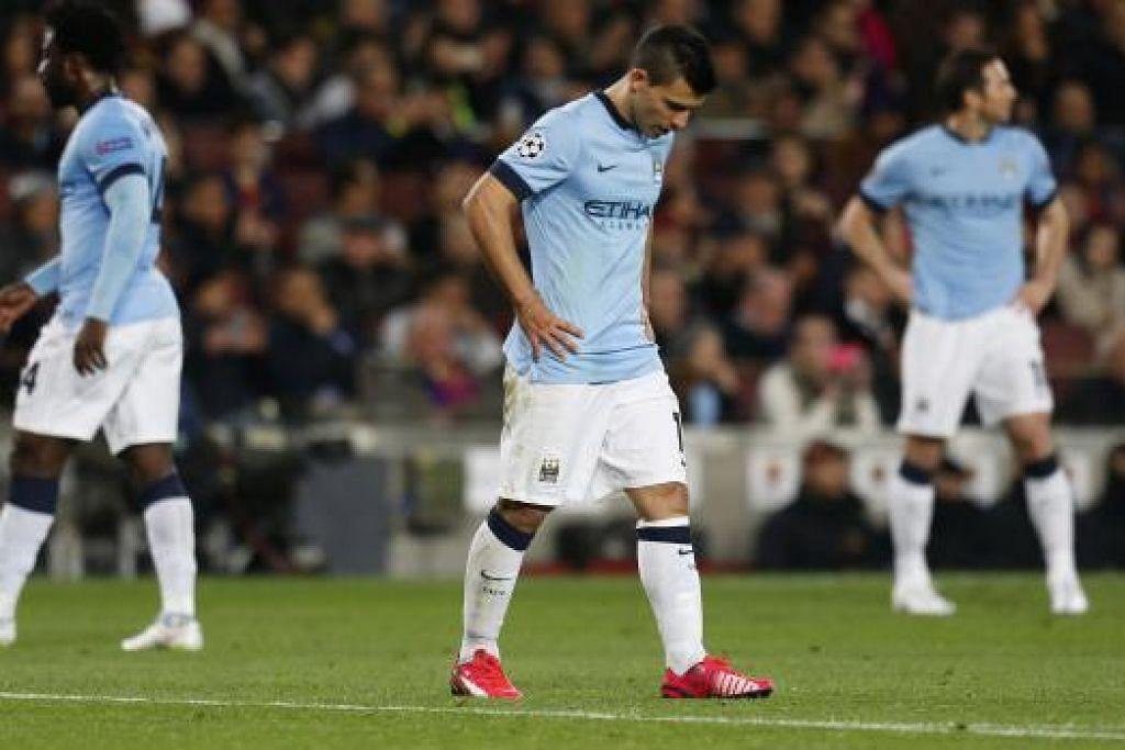 TERSINGKIR: Sergio Aguero (tengah) sugul selepas Man City ditewaskan Barcelona pagi tadi.