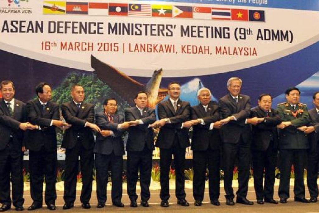 BERSATU TENTANG PENGGANASAN: Dr Ng Eng Hen (empat dari kanan) mewakili Singapura di Mesyuarat Menteri-Menteri Pertahanan Asean (ADMM) ke-9 di Pusat Konvensyen Antarabangsa Langkawi pada Isnin lalu. - Foto MINDEF