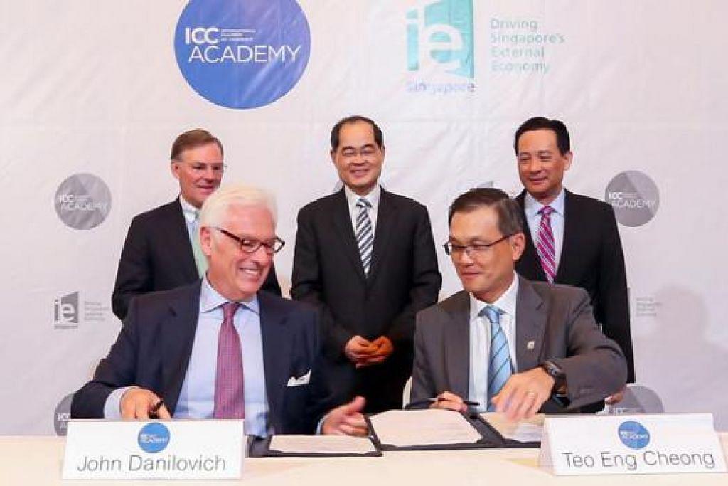JALIN KERJASAMA: Penubuhan ICC Academy dirasmikan dengan pemeteraian perjanjian antara ICC dengan IE Singapore, yang ditandatangani oleh (depan dari kanan) CEO IE Singapore, Encik Teo Eng Cheong, dan Setiausaha Agung ICC, Encik John Danilovich, sambil disaksikan Encik Lim Hng Kiang (berdiri tengah). Turut memerhati ialah (berdiri kiri) Pengerusi ICC, Encik Harold McGraw III, dan Pengerusi IE Singapore, Encik Seah Moon Ming. - Foto IE SINGAPORE