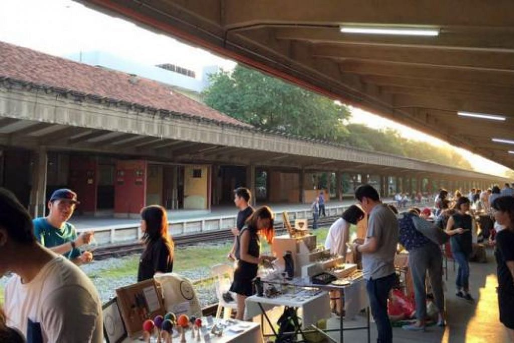 PASAR LAMBAK HIDUPKAN STESEN: Pasar lambak yang diadakan di Stesen Kereta Api Tanjong Pagar menghidupkan suasana di stesen itu yang sebelum ini digunakan kereta api KTM. - Foto URA