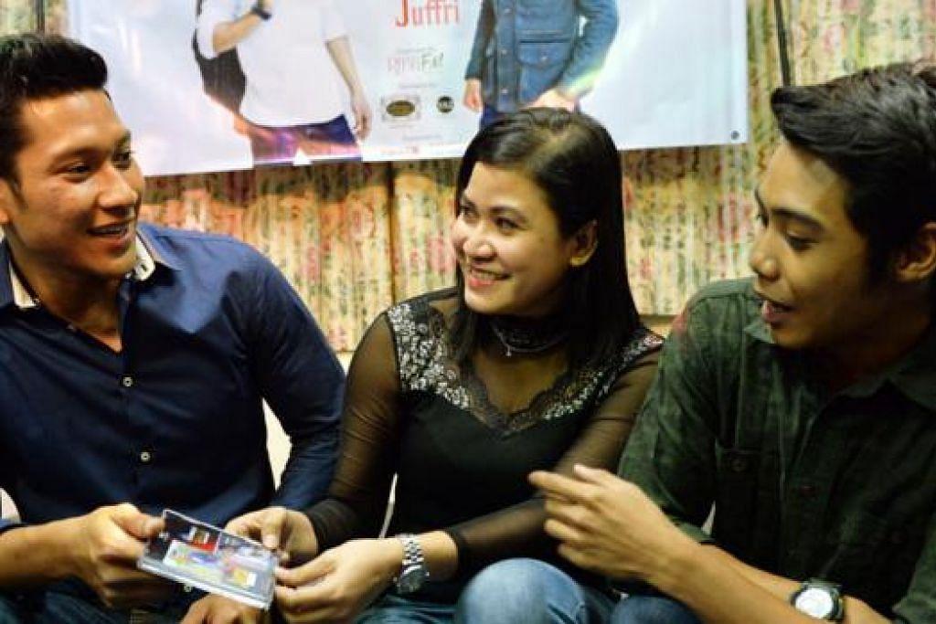TERPAUT DENGAN SUARA DAN GAYA: Wanita Pulau Pinang, Cik Arni Aryanti Ahmad (tengah), lebih senang mendengar lagu penyanyi baru Singapura seperti Juffri (kiri) dan Jumali. - Foto KHALID BABA