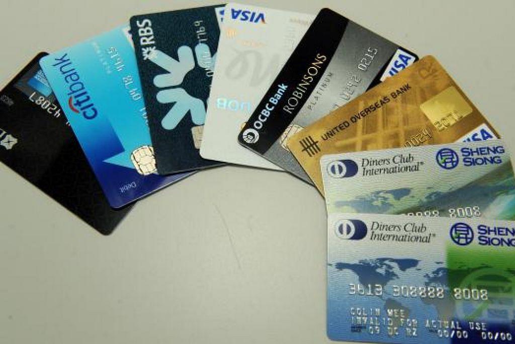 AKIBAT KREDIT KAD: Ada di kalangan penduduk yang menggunakan kad kredit membeli barang mahal atau untuk pergi melancong ke tempat agak mahal dan sanggup berhutang besar. Akibatnya, ada yang menghadapi kemurungan apabila mendapati sukar membayar hutang itu. - Foto hiasan