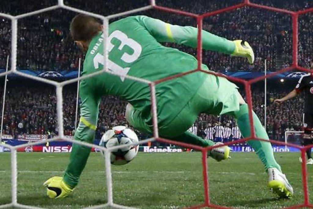 AKSI HEBAT: Penjaga gawang Atletico, Jan Oblak, menyelamatkan penalti yang diambil oleh Hakan Calhanoglu. - Foto REUTERS