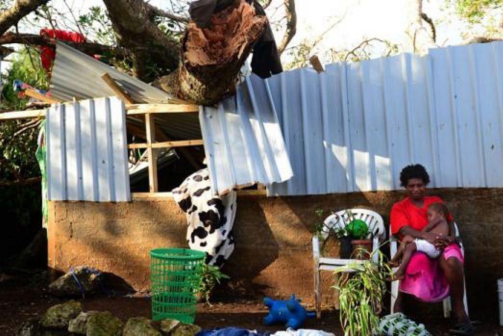 SABAR SELALU: Untuk meraih kejayaan, orang Islam digalakkan agar senantiasa sabar (menahan diri dan berikhtiar) dalam menghadapi ujian walau sepahit seperti yang dihadapi seorang wanita dengan anaknya di Port Vila, ibu kota negara pulau Vanuatu, yang dilanda Taufan Pam baru-baru ini. - Foto hiasan AFP