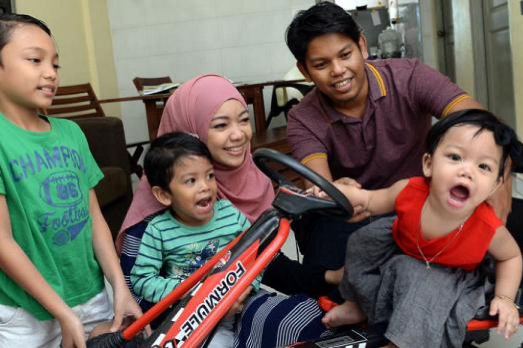 DAPAT MELIHAT ANAK-ANAK: Cik Norli Shuhada bersyukur mendapat peluang melihat anak yang dilahirkannya, Nafasya Shuhada (baju merah), selain menjaga anak-anaknya yang lain, (dari kiri) Mohamad Faiq, Muhammad Fawwaz, dan suaminya Encik Affendi Abdullah. - Foto TAUFIK A. KADER