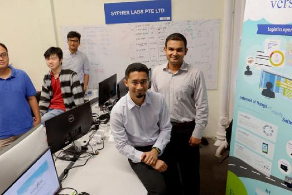 KUMPUL MODAL: Encik Muhd Shamir Abdul Rahim (depan) berpeluang mengembangkan pasukan dan perniagaannya selepas menerima suntikan modal daripada syarikat inkubator dan bersedia memenuhi keperluan lebih banyak firma. - Foto TUKIMAN WARJI