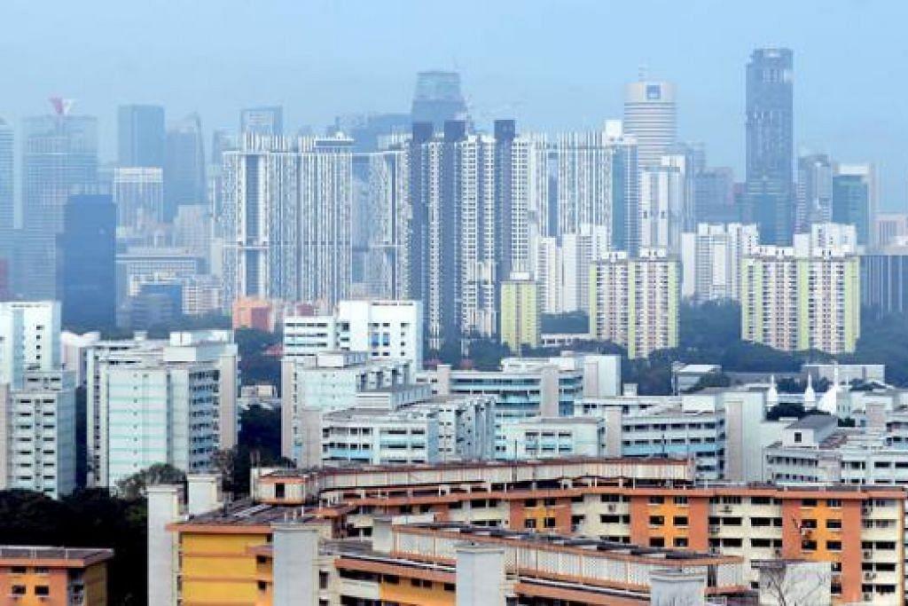 PEMANDANGAN KABUR: Indeks Pencemaran Udara (PSI) mencapai paras tidak sihat semalam dengan bacaan 106 pada 6 petang. - Foto-foto TAUFIK A. KADER