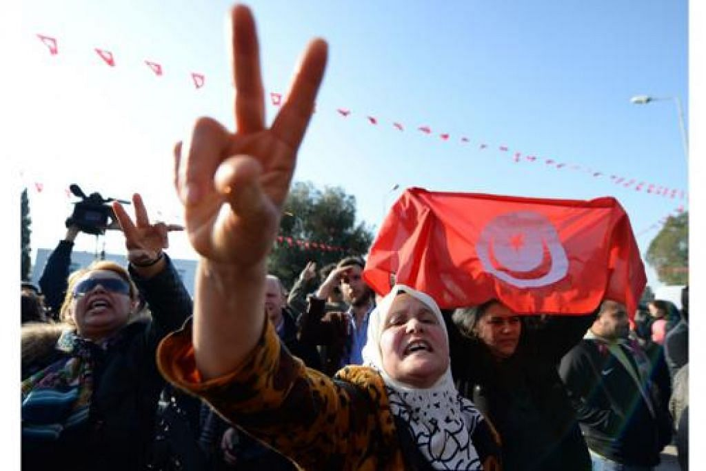 TUNJUK SOKONGAN: Rakyat Tunisia berkumpul di ibu kota negara itu untuk menunjukkan sokongan mereka kepada pemerintah selain mengutuk serangan pengganas di Muzium Bardo yang mengorbankan 19 orang - dua warga Tunisia dan 17 pelancong. - Foto AFP