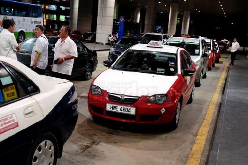 TAMBANG NAIK: Tambang teksi yang meningkat 43 peratus mulai semalam dikatakan boleh mendorong orang ramai menggunakan kenderaan sendiri daripada menaiki teksi. - Foto THE MALAYSIAN INSIDER