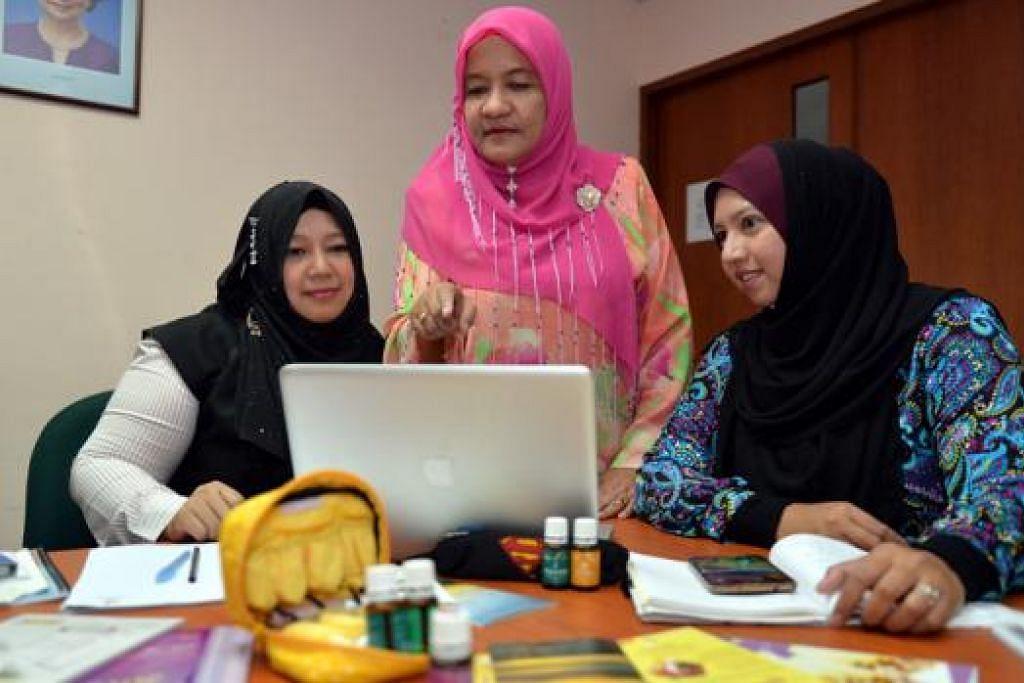 SEDIA USAHAKAN DIALOG: Cik Hamidah Bahashwan (tengah) - kelihatan bersama dua rakannya dalam khidmat pembangunan modal insan, Cik Badariah Yaakob (kiri) dan Cik Sharisha Sam - berkata pihaknya sedia mengusahakan mesyuarat berlandaskan konsep 'World Cafe' bagi membincangkan cara optimum dan berselaras membantu ibu tunggal. - Foto M.O. SALLEH