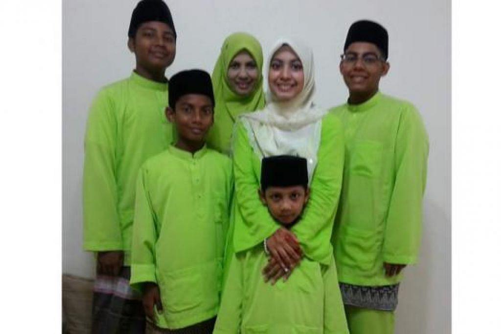 ANAK DIUTAMA: Cik Hajara (belakang, dua dari kiri) dengan lima anaknya. - Foto ihsan HAJARA BEEVI SHAHABUDDIN