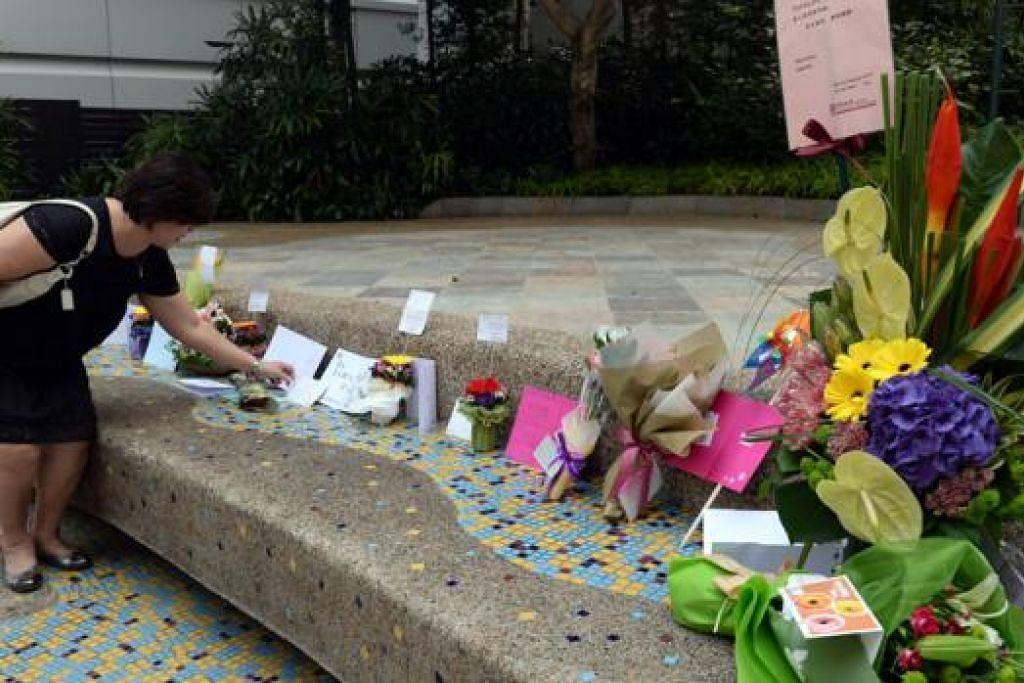 WARGA PRIHATIN: Orang ramai terus prihatin tentang kesihatan Encik Lee Kuan Yew dengan meninggalkan bunga, kad ucapan serta hadiah lain di Hospital Besar Singapura, tempat beliau dirawat.