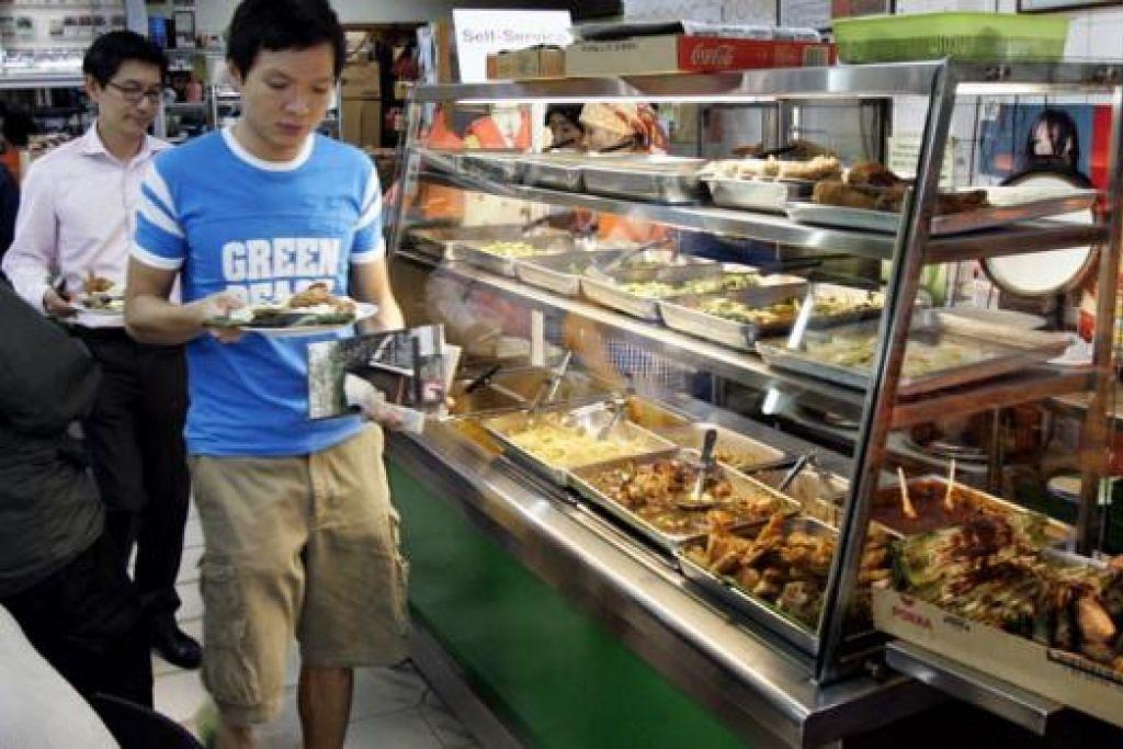 3. NASI LEMAK POPULAR DALAM KALANGAN PELAJAR NUS: Gerai Nasi Lemak Fong Seng di Clementi Road adalah tempat pilihan bagi pelajar Universiti Nasional Singapura (NUS). – Foto FAIL