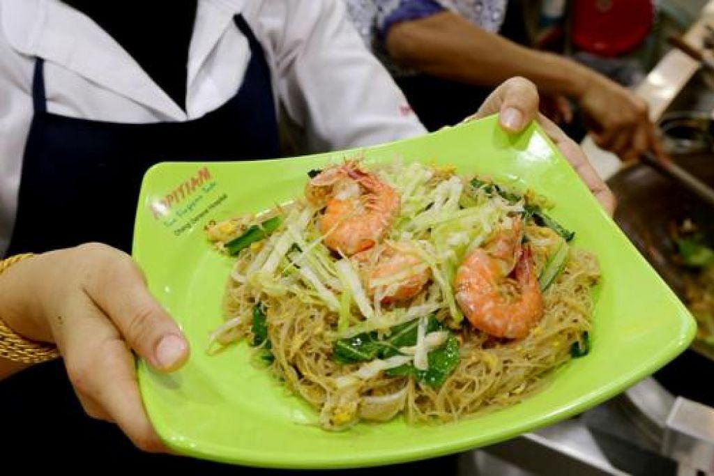 MARI CUBA: Cik Ashni Majid, yang merupakan pengurus gerai Straitswok di Kopitiam CGH, menunjukkan sajian bihun yang hanya mengandungi 293 kcal. - Foto TUKIMAN WARJI