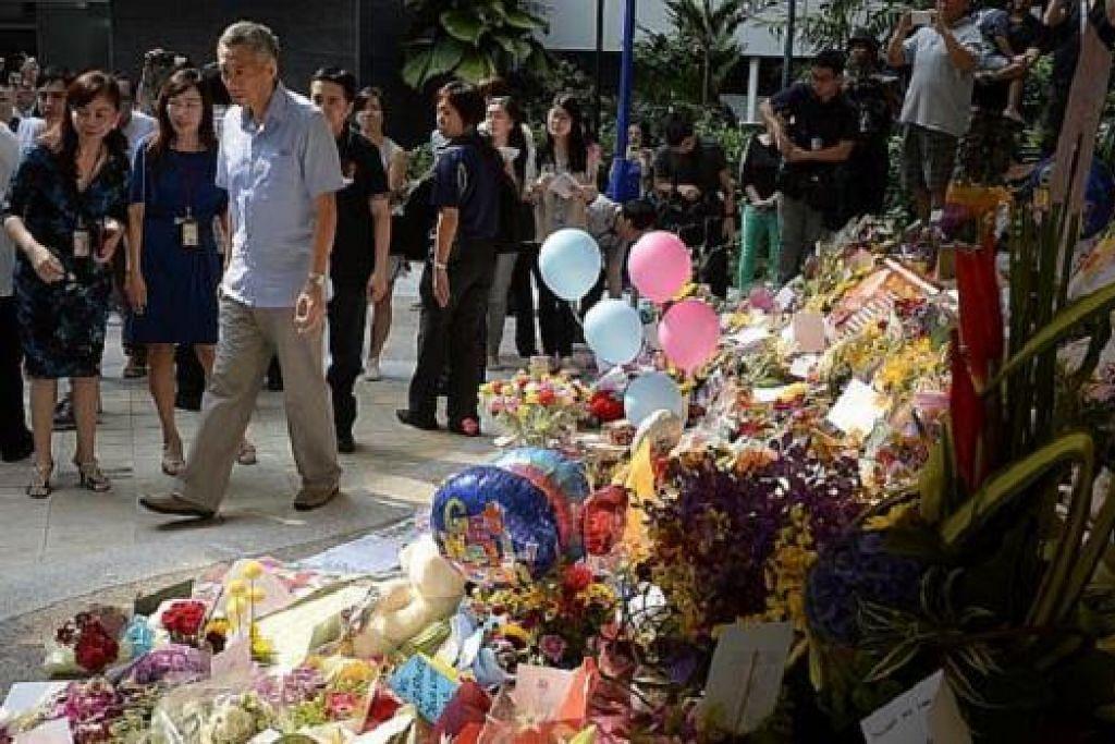 JAMBANGAN PERHARGAAN: Perdana Menteri, Encik Lee Hsien Loong, melawat tempat di mana orang ramai meletakkan pelbagai cenderahati di Blok 7, Hospital Besar Singapura (SGH) pagi tadi, sebagai mendoakan dan memberikan ucap selamat kepada bapanya, Encik Lee Kuan Yew, yang kini semakin tenat. - Foto