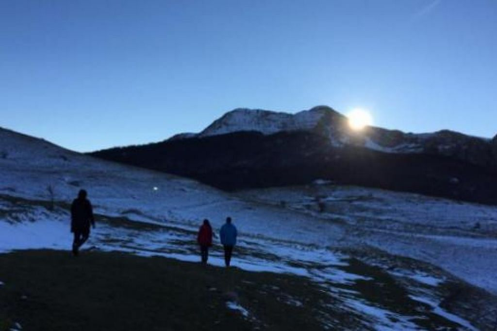 KEINDAHAN ALAMI: Penulis sekeluarga berpeluang 'hiking' di Gunung Bjelasnica atau dikenali sebagai Gunung Olimpik, ketika matahari terbenam.