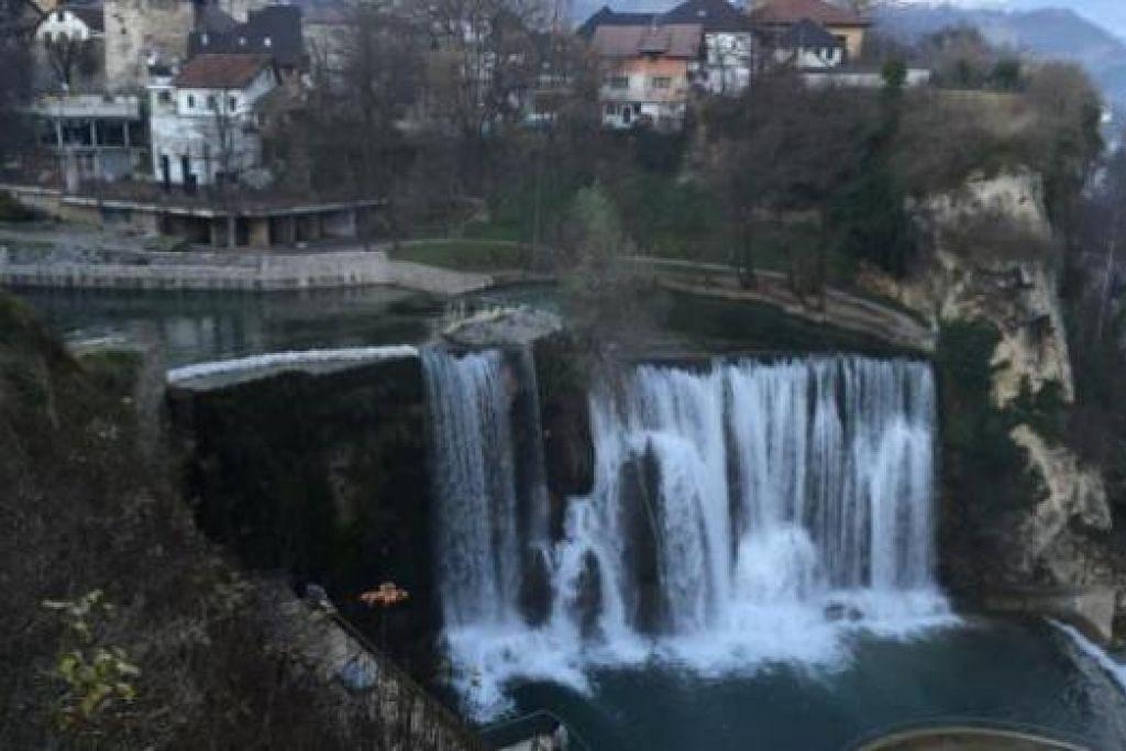 KEAJAIBAN: Penulis mengunjungi air terjun Kravice dalam Srednjebosanski, Bosnia. – Foto-foto ihsan ABDUL ROHIM SARIP