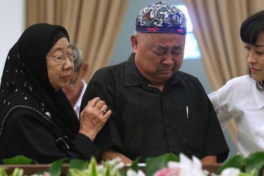 PILU SEORANG GURU: Guru bahasa Melayu mendiang Encik Lee, Cikgu Amin Sapawi, tidak dapat menahan sebak semasa memberi penghormatannya di Sri Temasek. – Foto THE STRAITS TIMES