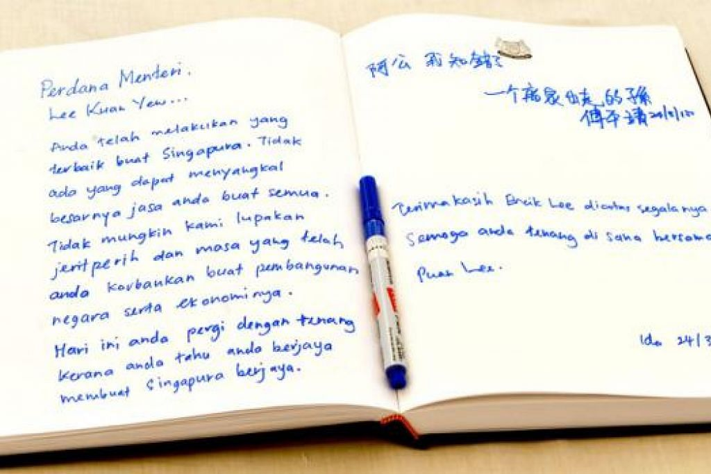 RAKAMKAN PENGHARGAAN: Orang ramai menulis ucapan dan mesej kepada mendiang Encik Lee bagi mengenang jasa dan sumbangannya kepada negara. – Foto KHALD BABA