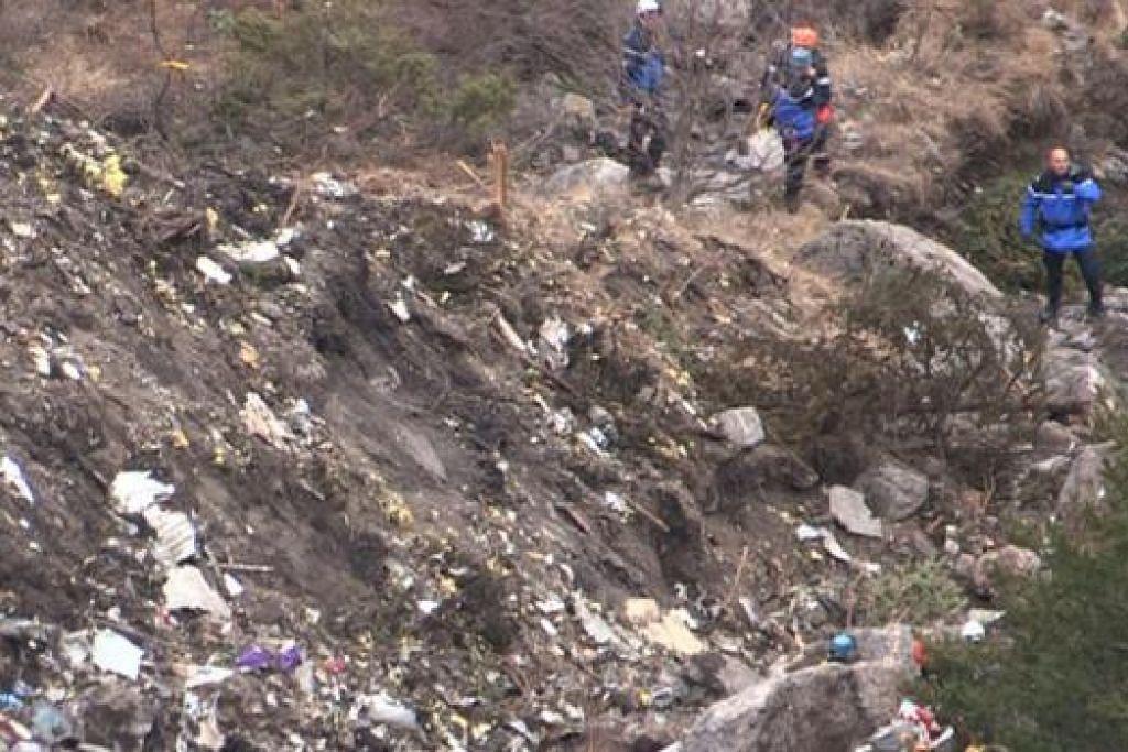 KUMPUL BUKTI: Pasukan penyelamat kelmarin meninjau tapak nahas pesawat Germanwings di pergunungan Alps. - Foto AFP