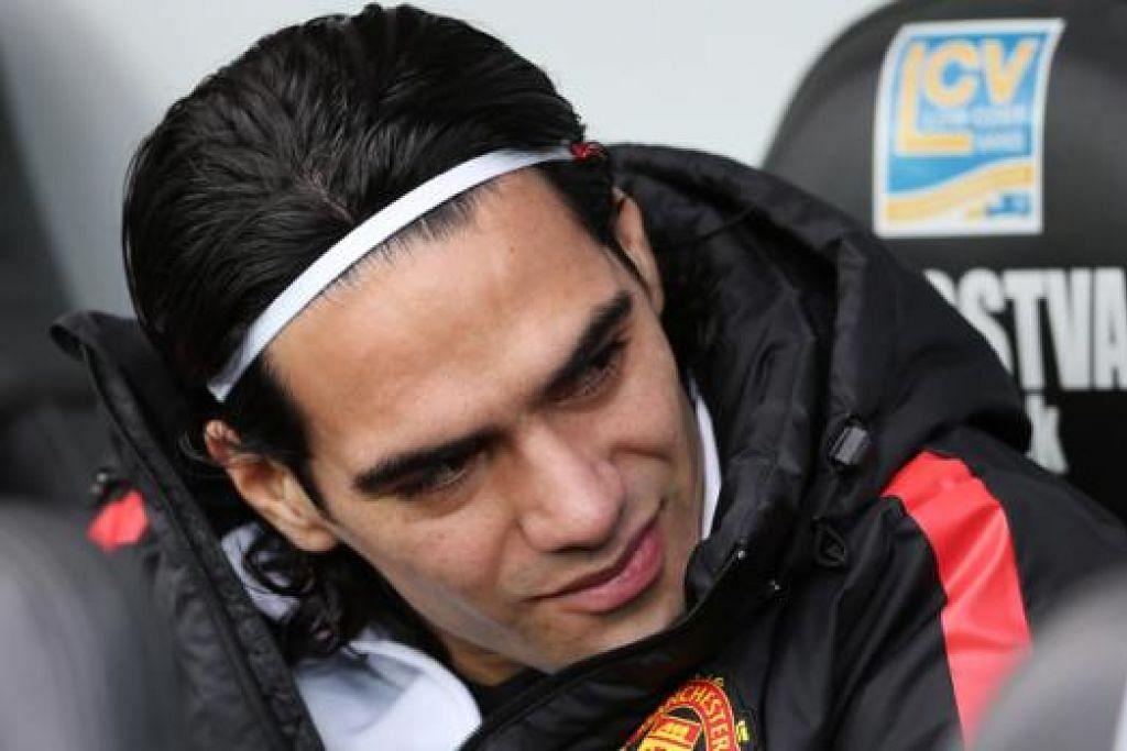 PULIHKAN KEYAKINAN DIRI: Penyerang Manchester United, Radamel Falcao, harus kekal di Old Trafford dan diberi peluang menunjukkan kemampuan sebenarnya. - Foto REUTERS
