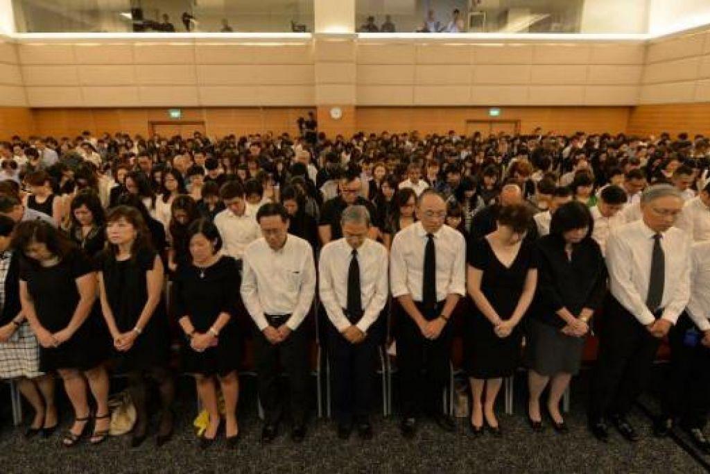 TUNDUK HORMAT: Encik Alan Chan mengetuai lebih 700 kakitangan Singapore Press Holdings (SPH) di majlis memperingati jasa Encik Lee Kuan Yew. - Foto THE STRAITS TIMES