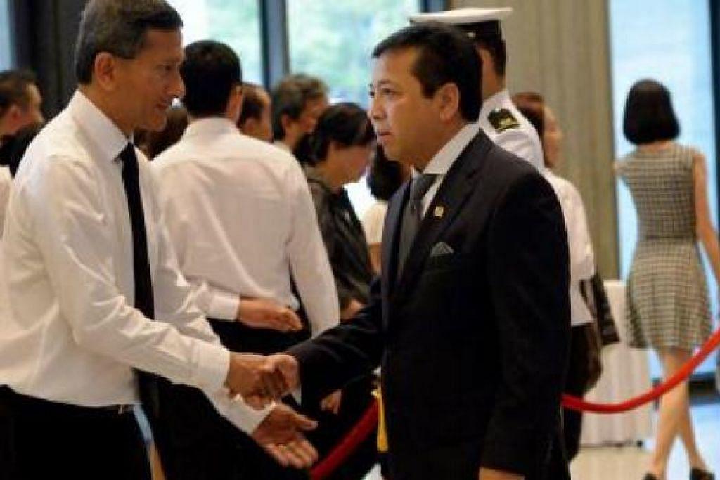 PEMIMPIN NEGARA JIRAN UCAP TAKZIAH: Ketua DPR Indonesia, Encik Setya Novanto, yang hadir bagi memberi penghormatan terakhir buat mendiang Encik Lee disambut Dr Balakrishnan.