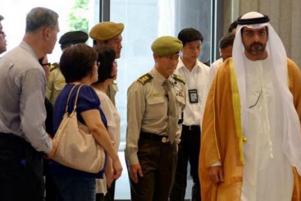 ORANG KENAMAAN BERI PENGHORMATAN: Sheikh Hamed Zayed Al Nahyan dari UAE merupakan antara orang kenamaan dari luar negara yang memberi penghormatan terakhir buat mendiang Encik Lee di Bangunan Parlimen semalam. - Foto-foto TUKIMAN WARJI