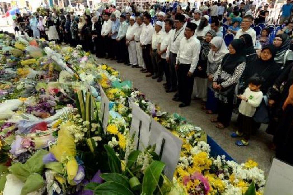 PENUH PENGHORMATAN: Seramai 60 kakitangan dan sukarelawan Kelompok Masjid Utara Tengah (CNMC) melawat tapak masyarakat Ang Mo Kio untuk memberikan penghormatan kepada mendiang Encik Lee Kuan Yew. - Foto-foto ZAINAL YAHYA