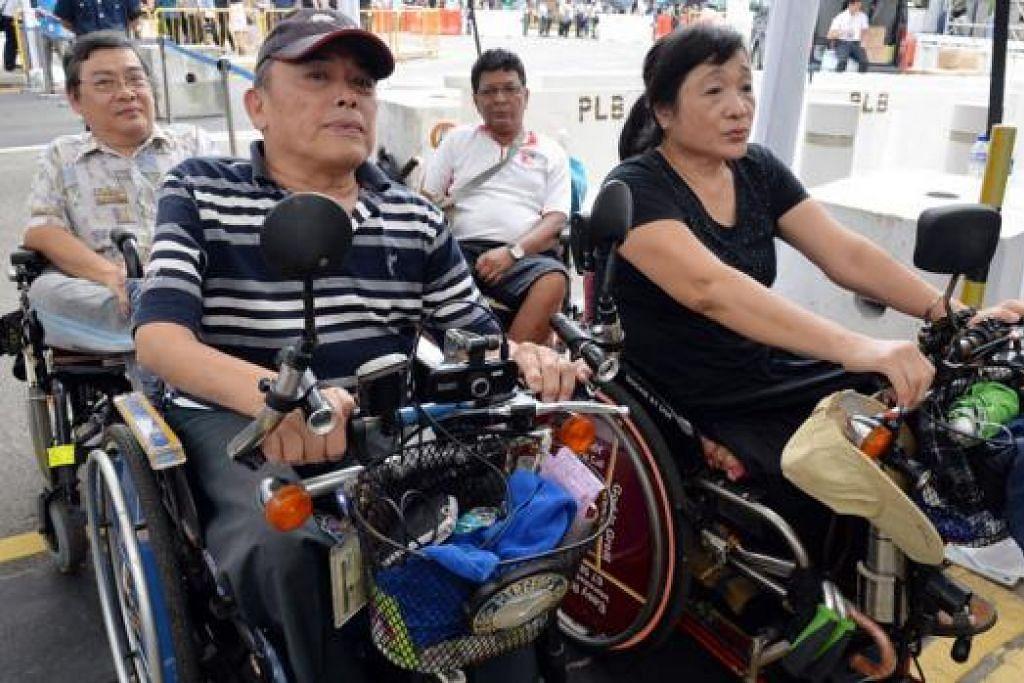 LALUAN KHAS: Mereka yang berkerusi roda, warga tua, yang hamil dan golongan berkeperluan khas lain mempunyai tempat beratur khusus untuk memberi penghormatan kepada jenazah. – Foto M.O. SALLEH