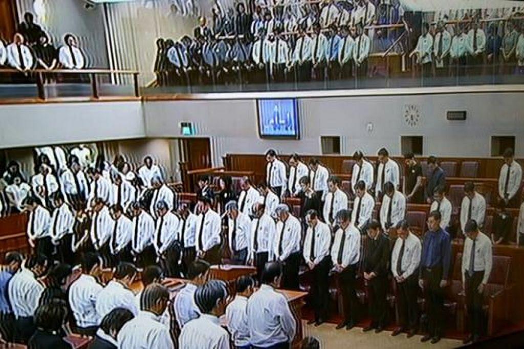 JASA DAN BAKTI DIKENANG: Parlimen memberi penghormatan kepada Perdana Menteri Pengasas Lee Kuan Yew dengan bertafakur selama seminit semasa satu sidang semalam. - Foto CNA