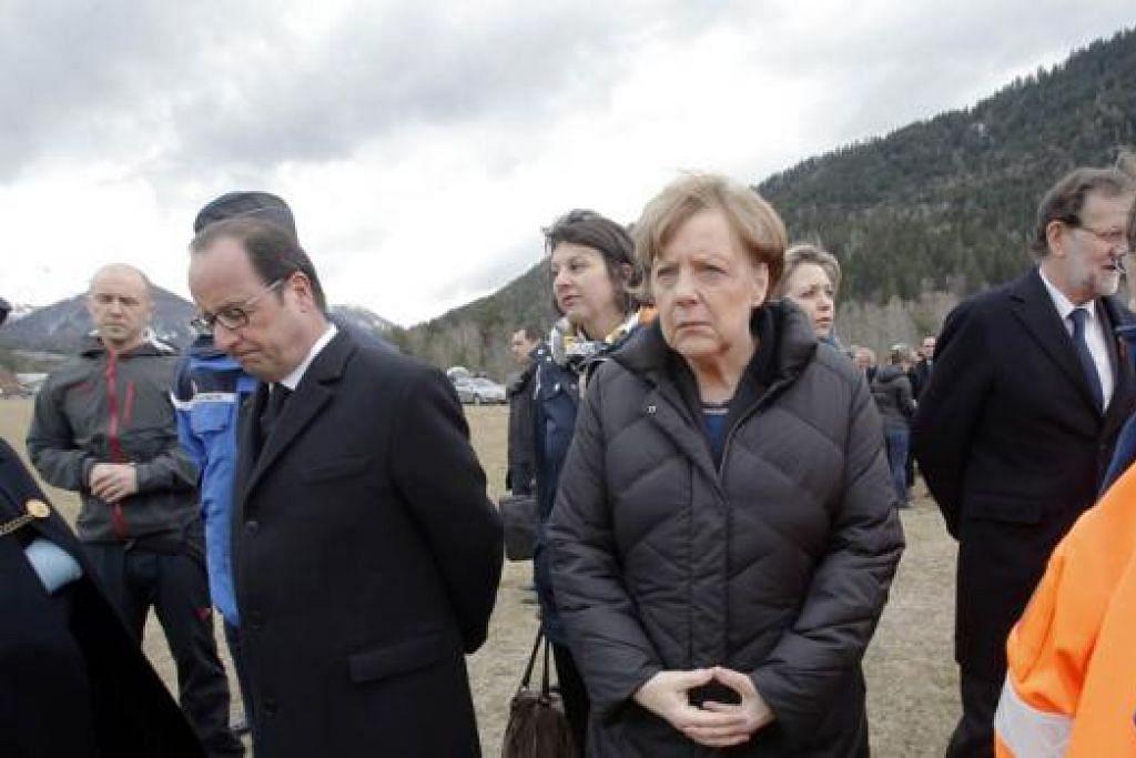 TINJAU TAPAK NAHAS: Canselor Jerman, Cik Angela Merkel (tengah), Presiden Francois Hollande dari Perancis dan Perdana Menteri Sepanyol, Encik Mariano Rajoy bertemu dengan pegawai penyelamat di Seyne-les-Alpes, sehari selepas sebuah pesawat Airbus A320 terhempas. - Foto AFP