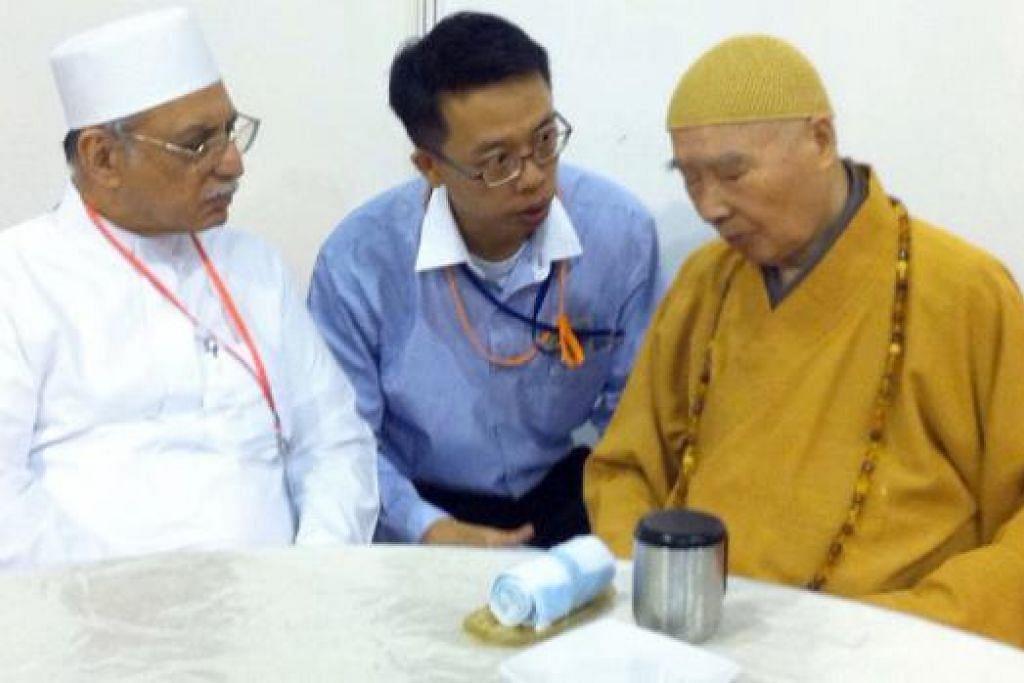 BERTAMU DI MASJID BA'ALWIE: Master Chin Kung (kanan) ditemani penterjemah berdialog dengan Imam Masjid Ba'alwie Habib Hassan Al-Attas, sewaktu acara yang dihadiri 5,000 peserta di Singapore Expo pada 15 Mac lalu. - Foto ihsan MASJID BA'ALWIE