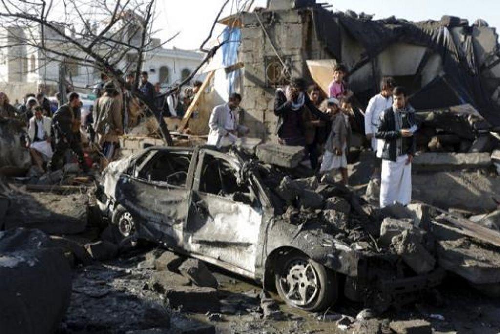 KESAN SERANGAN: Para penduduk berkumpul di tapak serangan udara di kawasan perumahan dekat Sanaa. Arab Saudi dan beberapa negara Teluk telah melancarkan operasi ketenteraan semalam. - Foto REUTERS