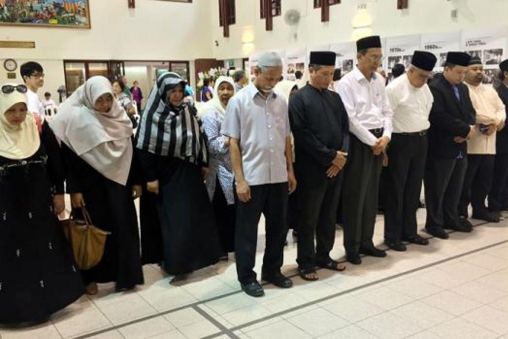KENANG JASA NEGARAWAN: Kakitangan dan relawan Masjid Mujahidin berkunjung ke tapak masyarakat di Kelab Masyarakat Tanjong Pagar bagi memberi penghormatan kepada Perdana Menteri Pengasas Lee Kuan Yew. - Foto ihsan MASJID MUJAHIDIN